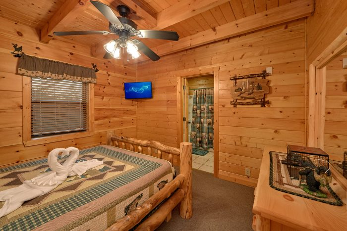 3 Bedroom Cabin Sleeps 6 Main Floor Bedroom - 4 Paws