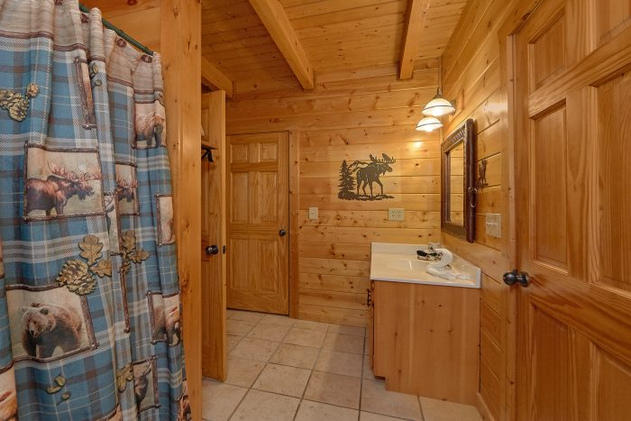 3 Bedroom Cabin in Pigeon Forge Sleeps 6 - 4 Paws