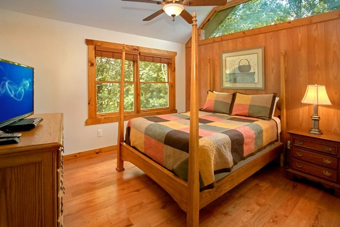 spacious 3 story 3 bedroom cabin with queen bed 4 seasons gatlinburg
