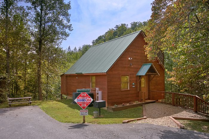 Gatlinburg Cabin with Private Location & Hot Tub - A Bears Gatlinburg Den