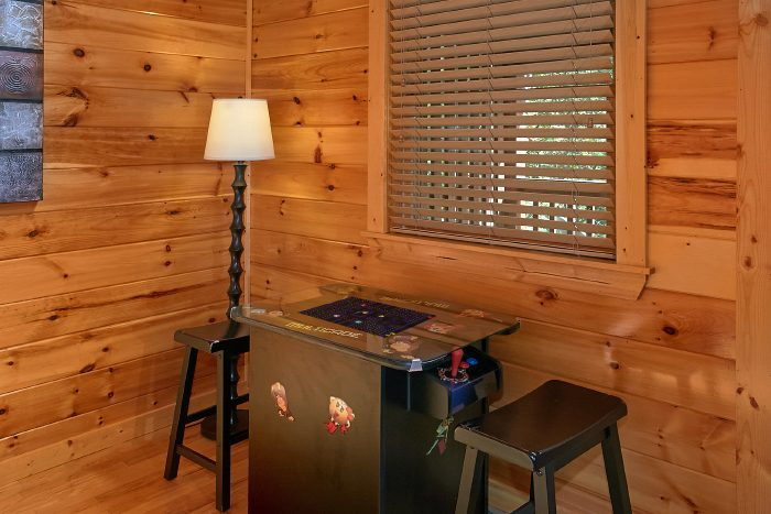 1 Bedroom Cabin with Arcade Game and Pool Table - A Bears Gatlinburg Den