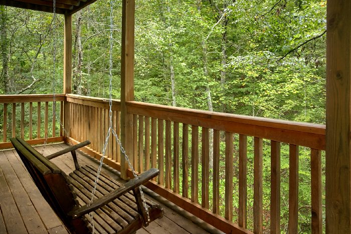 2 Bedroom Cabin with Porch Swing and Hot Tub - A Bear's Hideaway