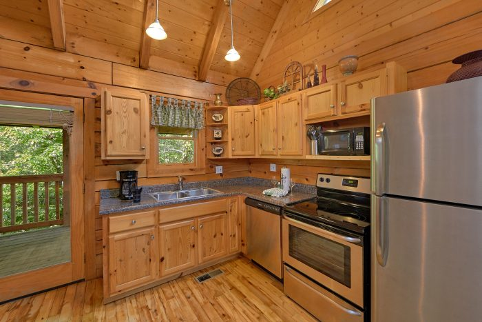 Rustic 2 Bedroom Cabin with Full Kitchen - A Bear's Hideaway