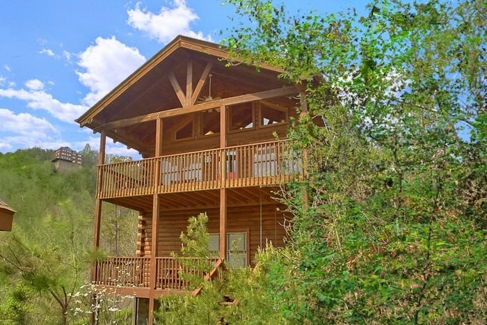 Spacious, Rustic 2 Bedroom Cabin near Dollywood - A Beary Happy Place