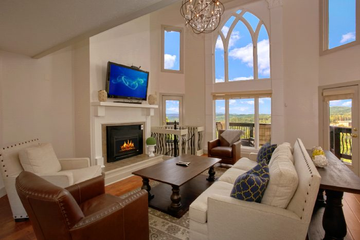 Cabin with Luxurious Living Room and Fireplace - A Castle in the Clouds