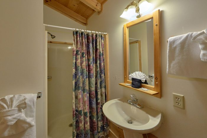 2 Bedroom Cabin with a Queen Bed - A Happy Haven