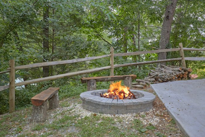 2 Bedroom Cabin Sleeps 9 with Fire Pit - A Stones Throw