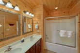 Luxurious 5 Bedroom Cabin with Jacuzzi Tub