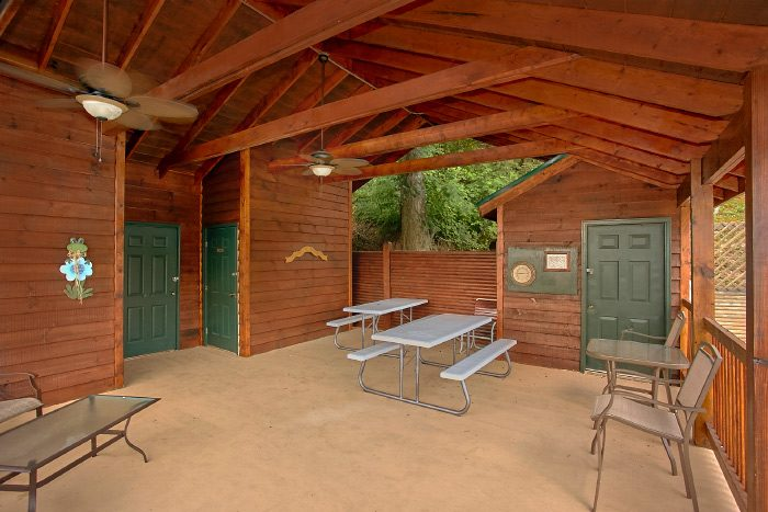 2 Bedroom Cabin with Resort Pool and Picnic Area - At Trails End