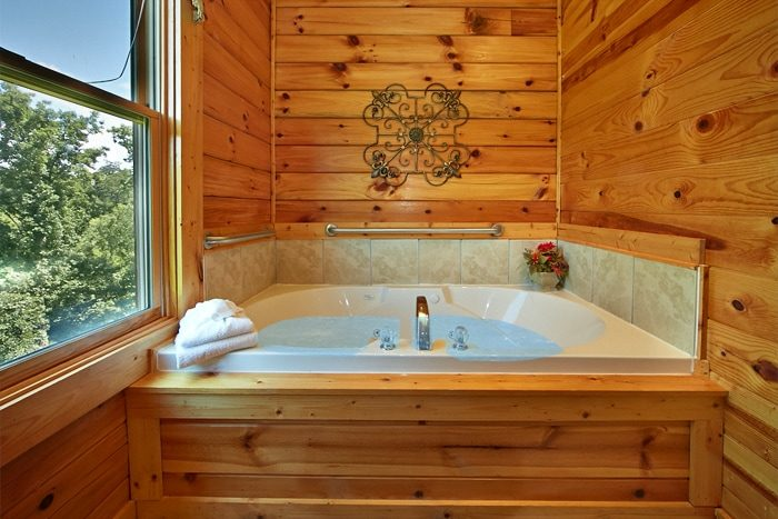 2 Bedroom Cabin with Cozy Indoor Jacuzzi Tub - Autumn Ridge