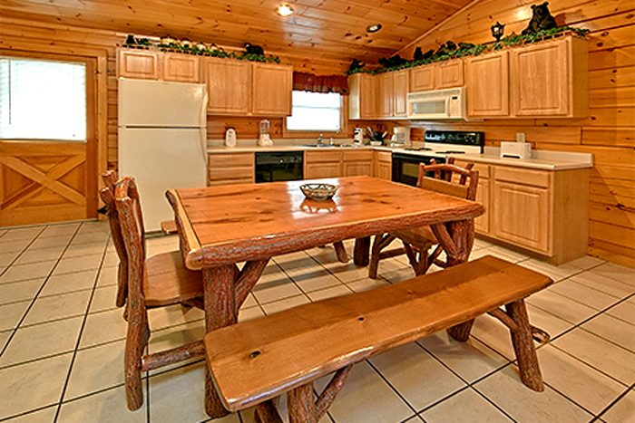 2 Bedroom Cabin with a Bench Style Dining Table - Bear Footin