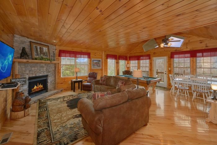 Cabin with Pool Table and Mountain Views - Bear Hugs