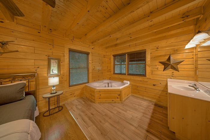 Jacuzzi in King Bedroom - Bear Play