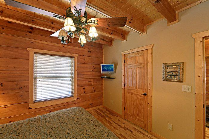 Queen Bedroom with TV - Bear-E-Nice