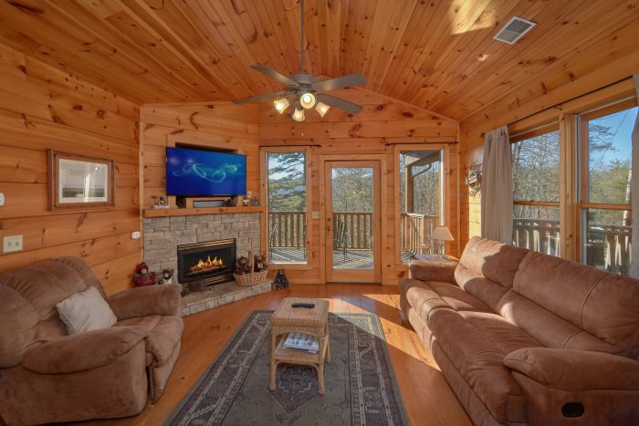 Spacious 2 Bedroom Cabin with Fireplace - Bears and Beyond