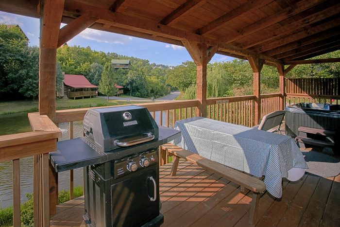 2 Bedroom Cabin Sleeps 6 Deck and Pond - Beautiful Getaway