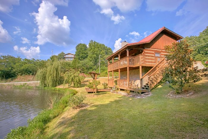 Views and Pond 2 Bedroom Cabin - Beautiful Getaway
