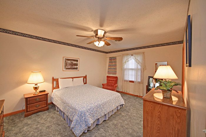 Gatlinburg Chalet with Queen Sized Bed - Big Bears Den