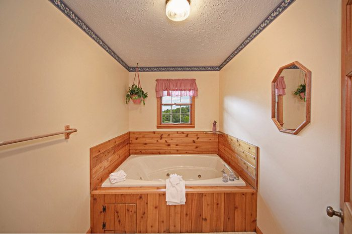 Chalet with One Indoor Jacuzzi Tub - Big Bears Den
