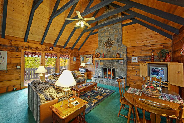 Gatlinburg Cabin with Spacious Living Room - Caliente Cabin