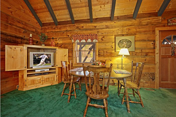 Spacious Dining Table in Gatlinburg Cabin - Caliente Cabin