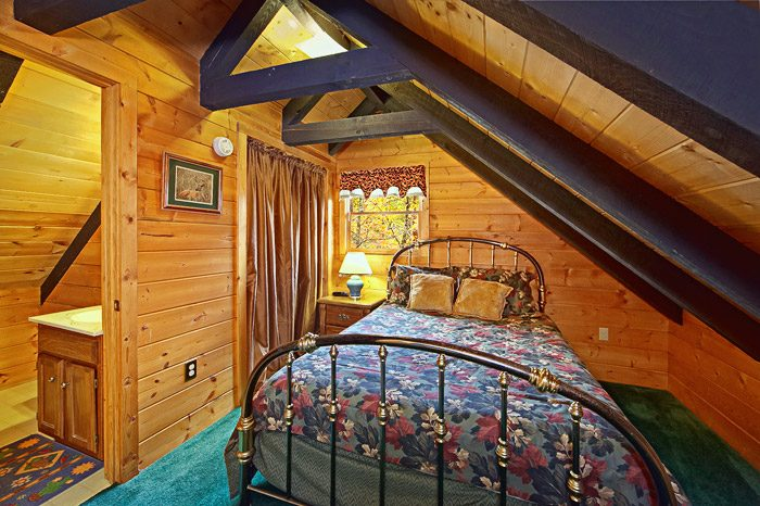 Queen Bed in Loft with Private Bathroom - Caliente Cabin