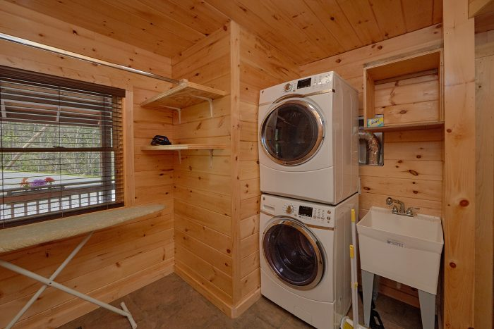 2 Bedroom Gatlinburg Cabin with washer and dryer - Charming Charlie's Cabin