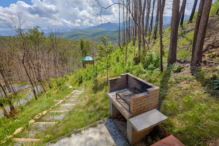 2 Bedroom Cabin with grill and outdoor Gazebo - Charming Charlie's Cabin