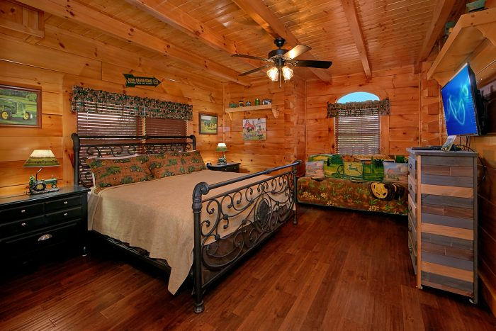 Premium Cabin with John Deere Theme Bedroom - Chateau Relaxeau
