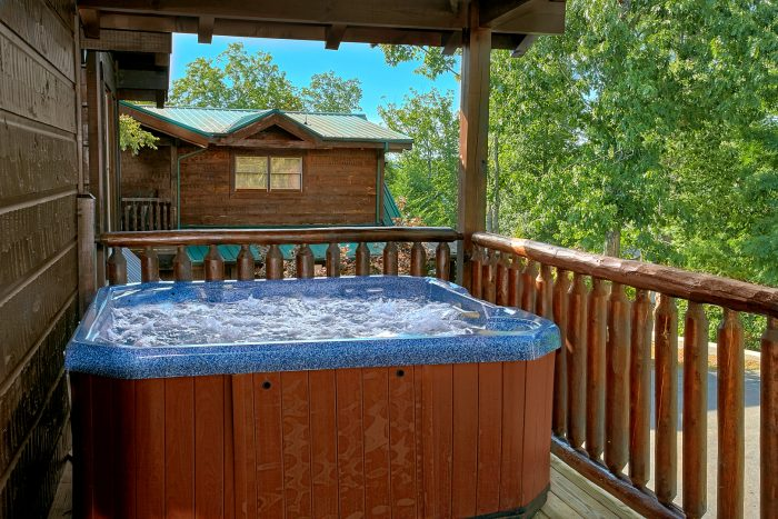 Luxury 6 Bedroom Cabin with Hot Tub and Deck - Chateau Relaxeau