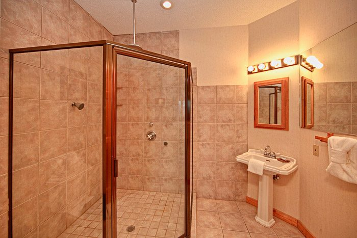 Gatlinburg Cabin with Great Walk-in Showers - City View Chalet
