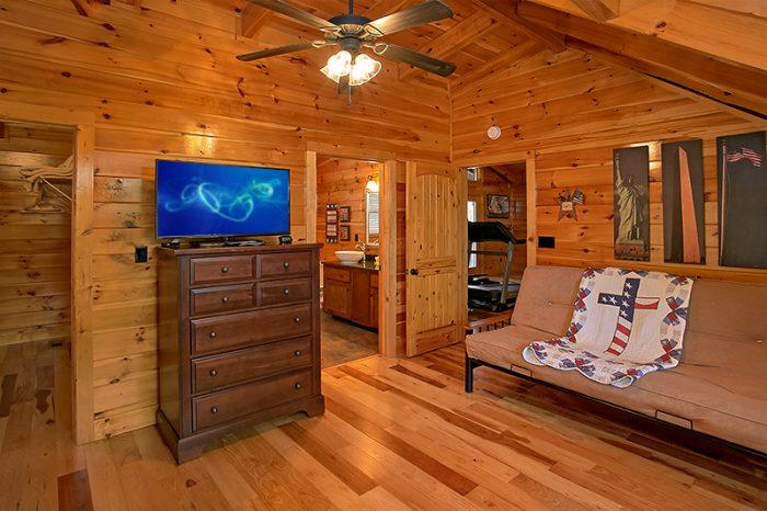 Master Suite with Private Bath, TV and Futon - C'Mon Inn