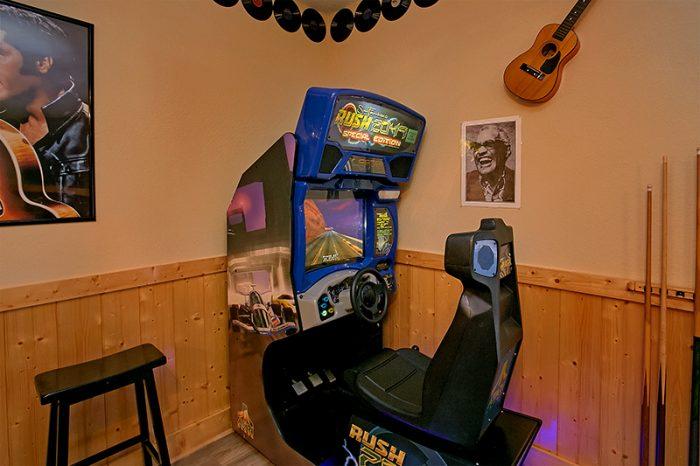 6 Bedroom Cabin with Race Car Aracde Game - C'Mon Inn