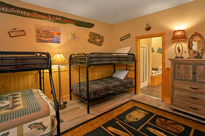 Premium Cabin with 6 Bedrooms and Bunk Beds - C'Mon Inn