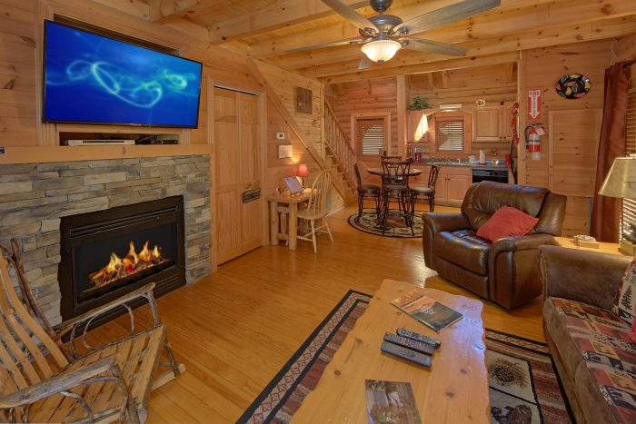 Premium Honeymoon Cabin with Jacuzzi Tub - Creekside Hideaway