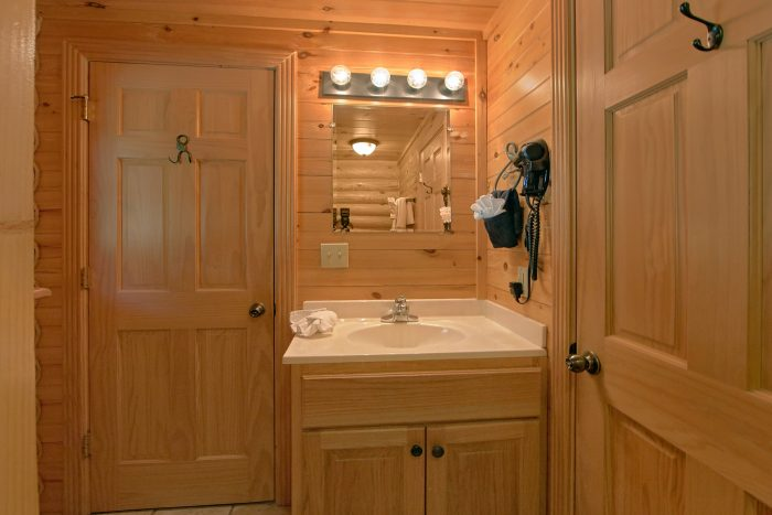Luxury Honeymoon Cabin that sleeps 3 with Loft - Creekside Hideaway