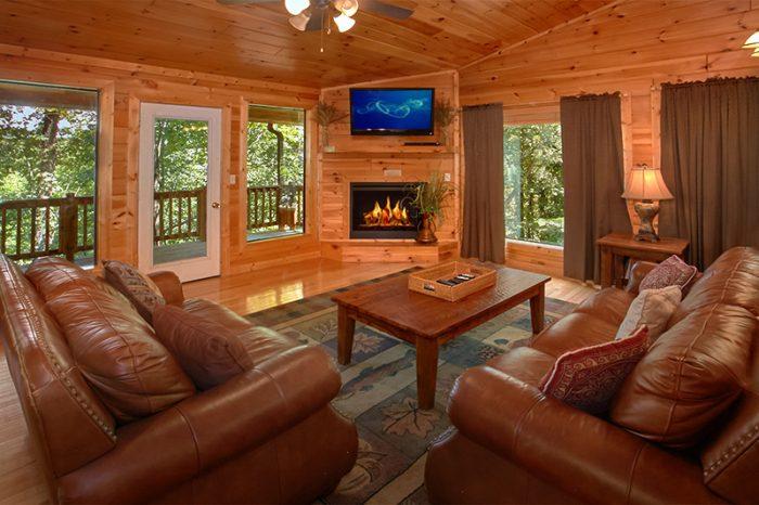 4 Bedroom Cabin that Sleeps 12 with Fireplace - Dogwood Retreat