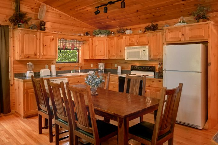 4 Bedroom Cabin with Dining Room and Kitchen - Dogwood Retreat