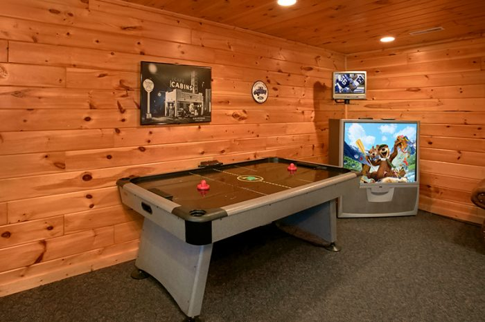 Spacious Cabin with Air Hockey and Game Room - Dogwood Retreat