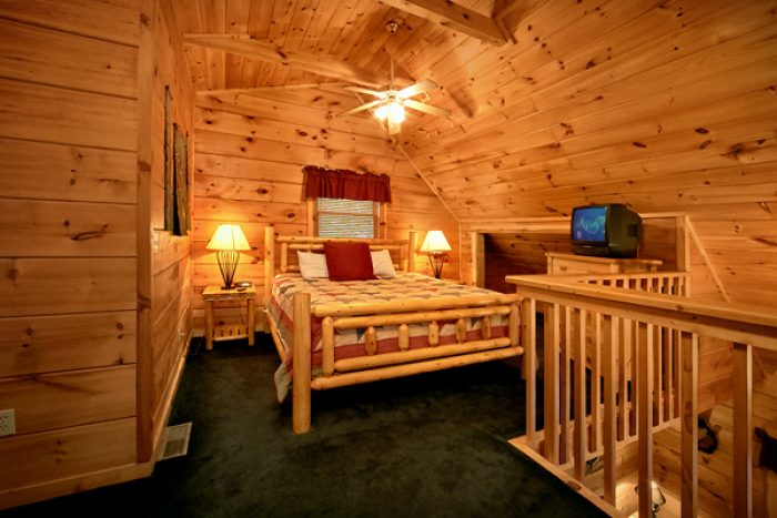 Cabin with King loft bedroom with jacuzzi - Enchantment