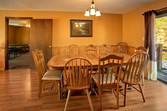 Cabin with Large Dining Table - Family Gathering