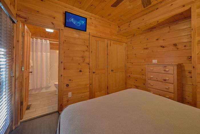 4 bedroom cabin with pool and playground - Fishin Hole