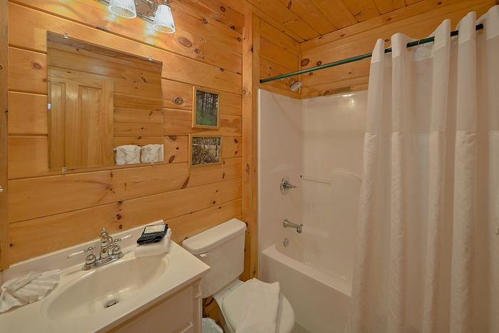 Luxurious Cabin near the Parkway with a Hot Tub - Fishin Hole