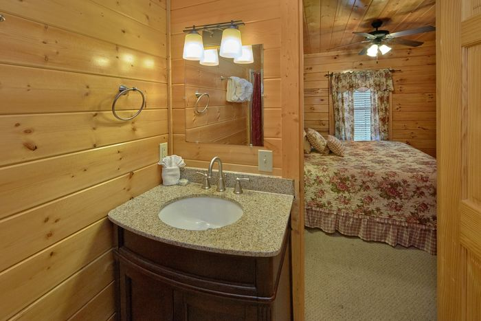 Private Bedroom and Bathroom in 4 bedroom cabin - Fleur De Lis