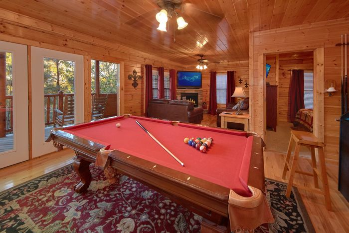 Pigeon Forge Cabin with Access to an Indoor Pool - Fleur De Lis