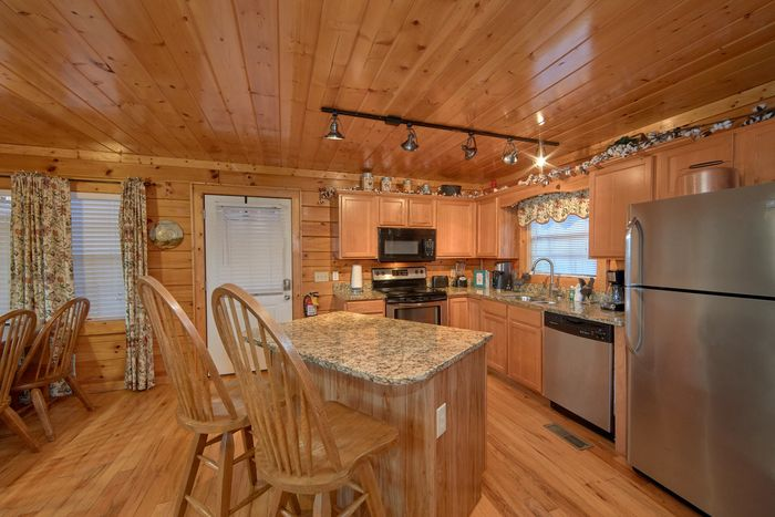 Family Size Cabin with full kitchen and bar seat - Fleur De Lis