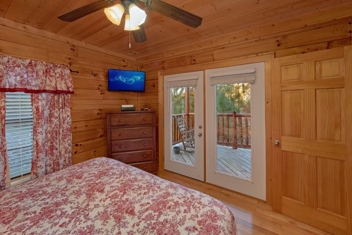 King bedroom with private Deck 4 bedroom cabin - Fleur De Lis