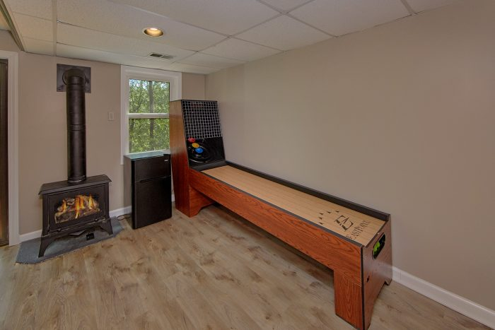 Cabin with Pool Table and Skee Ball Games - Forever Country