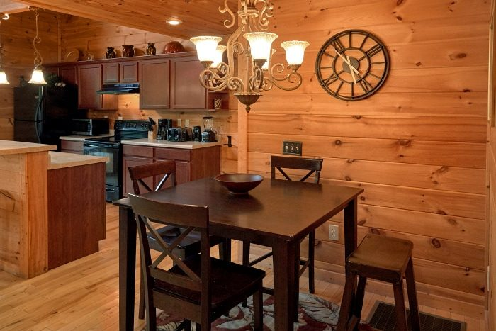 Luxury Cabin with Dining Room and Full Kitchen - Fort Knoxx