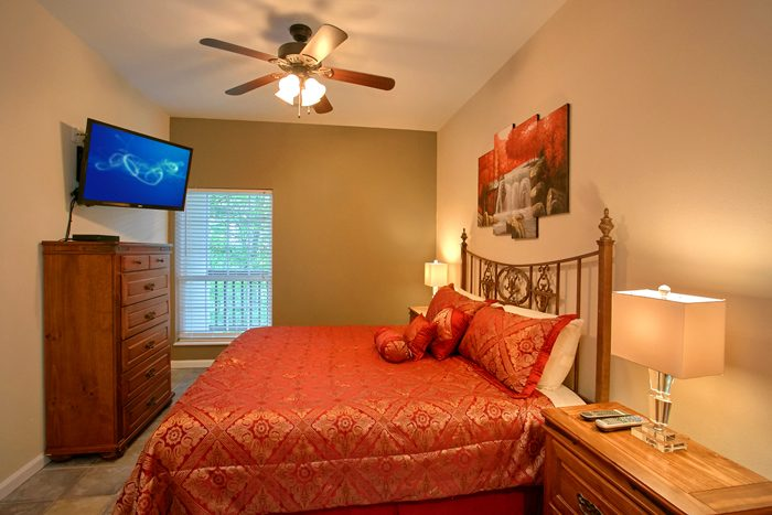 Spacious Master Suite with King Bed and Jacuzzi - Gatlinburg Movie Mansion